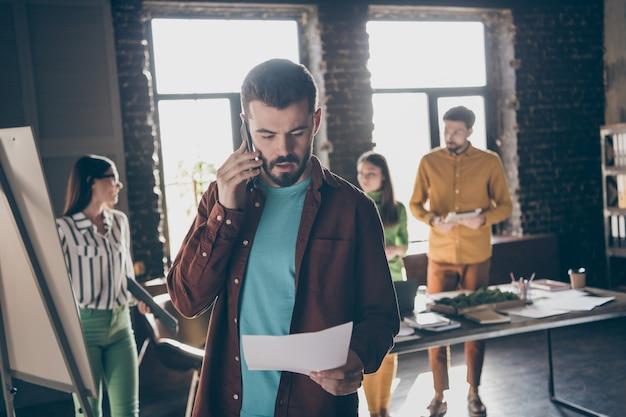Besorgter mann halten papieranruf smartphone firmeninhaber