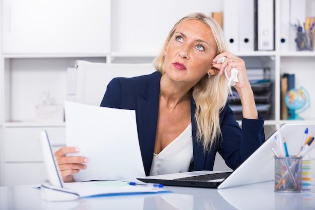 Besorgter weiblicher manager im büro