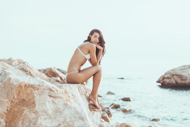 Besorgtes mädchen am strand