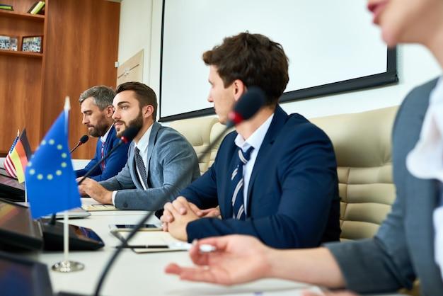 Besprechen von aktuellen themen mit delegierten