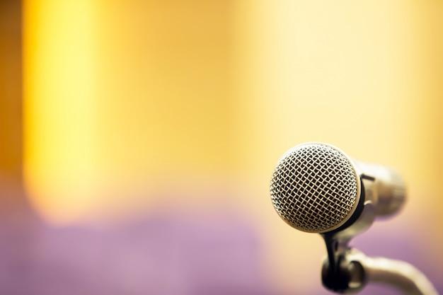 Besprechungsraum und professionelles besprechungsmikrofon.