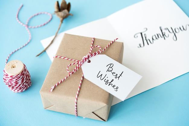 Best wishes-tag auf einer geschenkbox