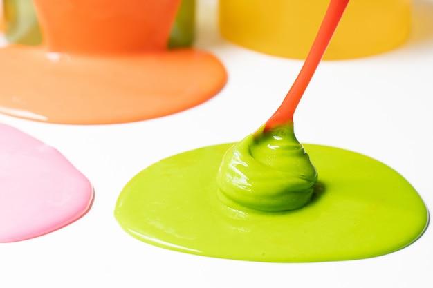 Bestandteil von chemischem schlamm oder von goop. science experiment hausgemachtes spielzeug für kinder.