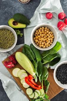 Bestandteile, die draufsicht der vegetarischen getreide der lebensmittel vielzahl des rohen gemüses kochen