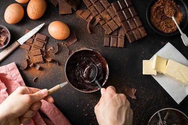 Bestandteile für das kochen des schokoladengebäcks von oben