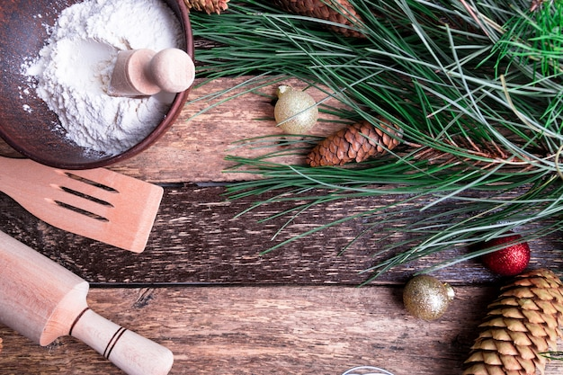 Bestandteile für das kochen des weihnachtsbackens auf holzoberfläche, flache lage weihnachtsdekoration