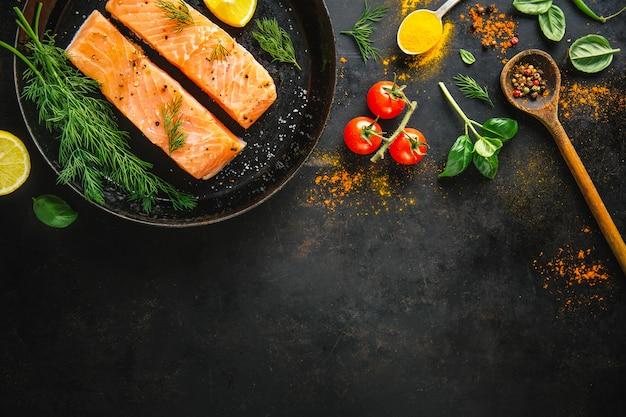 Bestandteile für das kochen gesetzt auf schwarzen hintergrund.