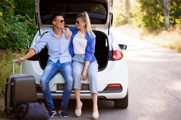 Beste freunde, die das reisen im auto genießen