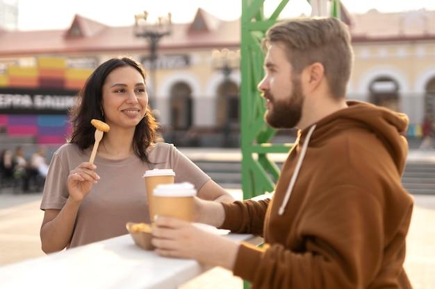Beste freunde, die draußen streetfood essen getting