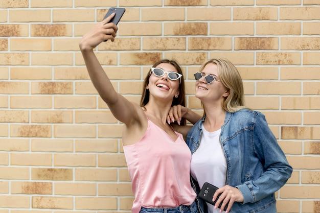 Beste freunde, die ein selfie mit sonnenbrille machen