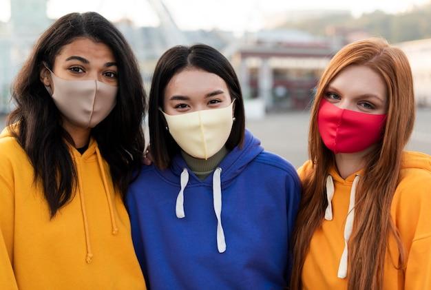Beste freunde, die im freien medizinische masken tragen