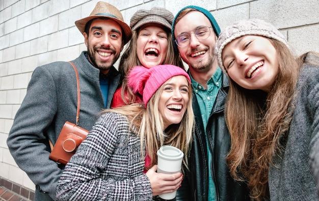 Beste freunde, die selfie auf warme modekleidung nehmen