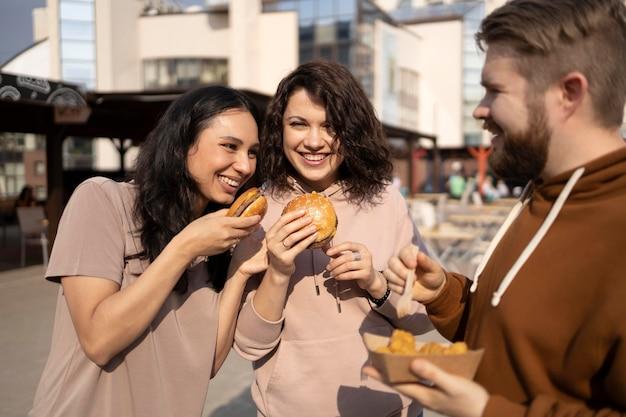 Beste freunde, die streetfood essen