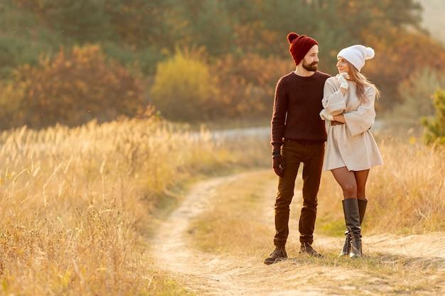 Beste freunde, die zusammen draußen spazieren gehen
