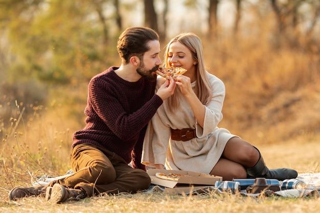 Beste freunde, die zusammen eine pizza essen