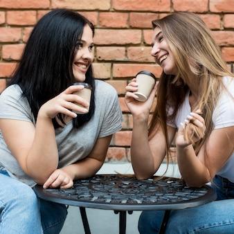 Beste freunde, die zusammen ihren kaffee trinken