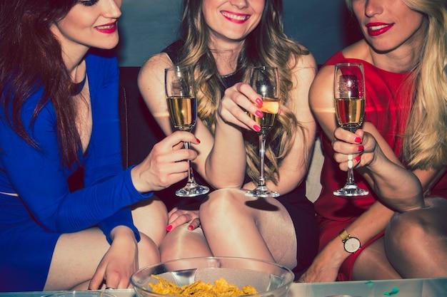 Beste freunde feiern mit champagner