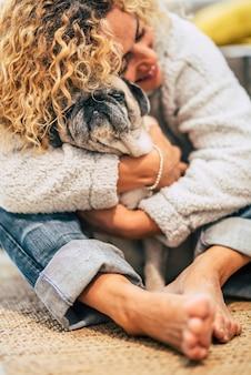 Beste freunde für immer menschen- und hundeporträt mit fokus auf haustier und unkenntlichem weoman in der szene