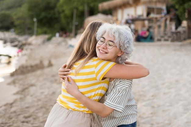 Beste freunde genießen ihre gemeinsame zeit nach der quarantäne am strand