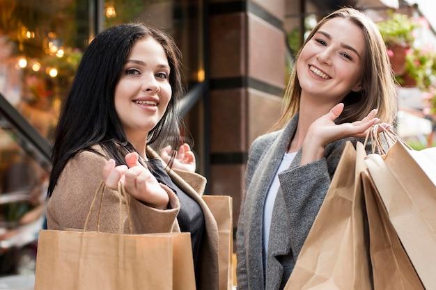 Beste freunde genießen ihren tag beim einkaufen