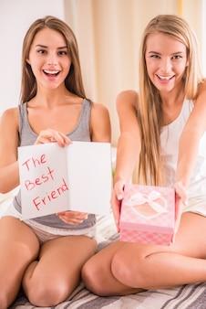 Beste freunde haben spaß mit geschenken und postkarte.