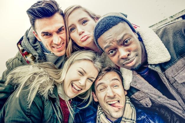 Beste freunde machen selfie im freien auf herbst-winter-kleidung