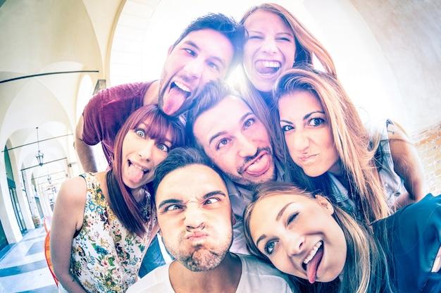 Beste freunde machen selfies im freien mit hintergrundbeleuchtung