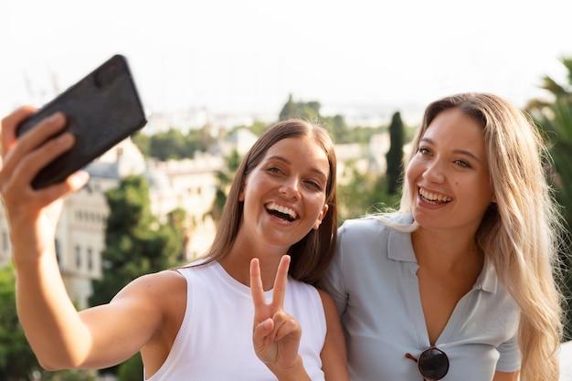 Beste freunde machen zusammen ein selfie im freien