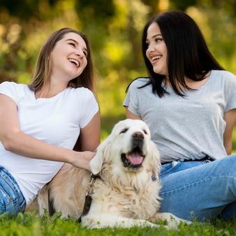 Beste freunde mit einem hund rumhängen