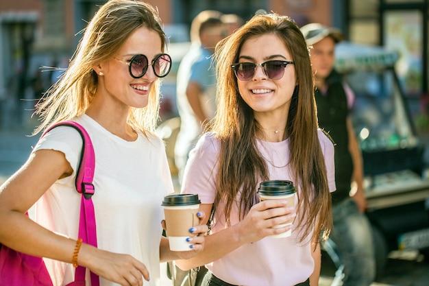 Beste freunde mit kaffeetassen