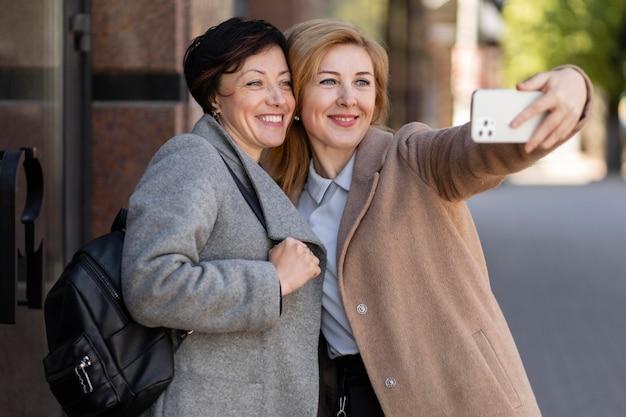 Beste freunde mittleren alters, die zeit miteinander in der stadt verbringen Premium Fotos