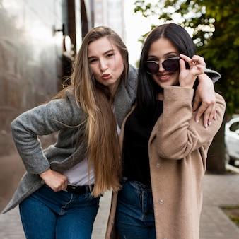Beste freunde posieren auf modische weise