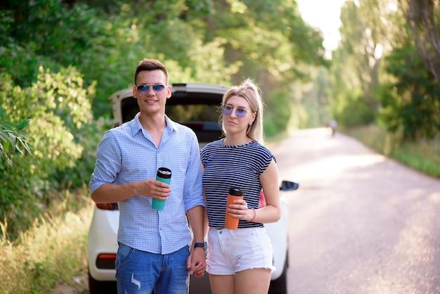 Beste freunde reisen zusammen und machen spaß. sommerabenteuer.