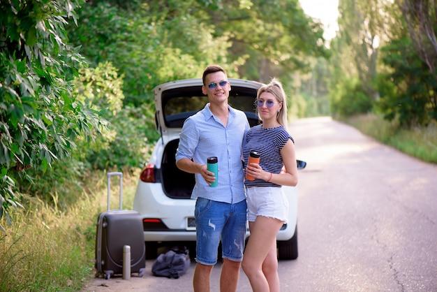 Beste freunde reisen zusammen und machen spaß