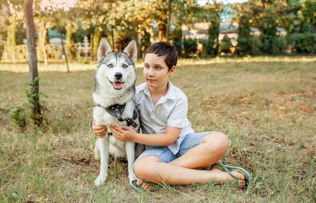 Beste freunde ruhen sich aus und haben spaß im urlaub. junge spielt mit seinem hund