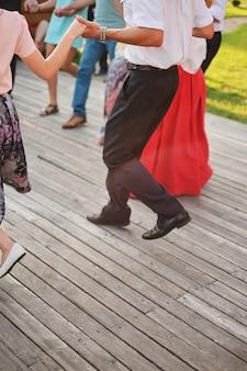 Beste freunde tanzen im freien an einem sonnigen tag, genießen, spaß haben