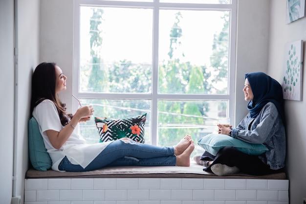 Beste freunde unterhalten sich gerne miteinander