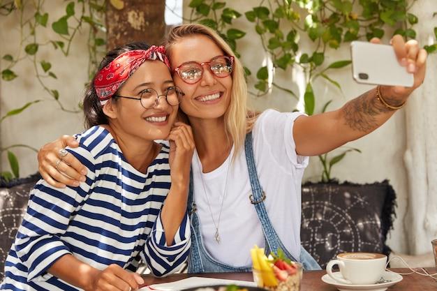 Beste freundinnen haben spaß zusammen und machen selfie-foto