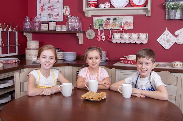 Beste kleine freunde, die sich in der küche ausruhen und tassen in den händen halten und tee trinken und suchen