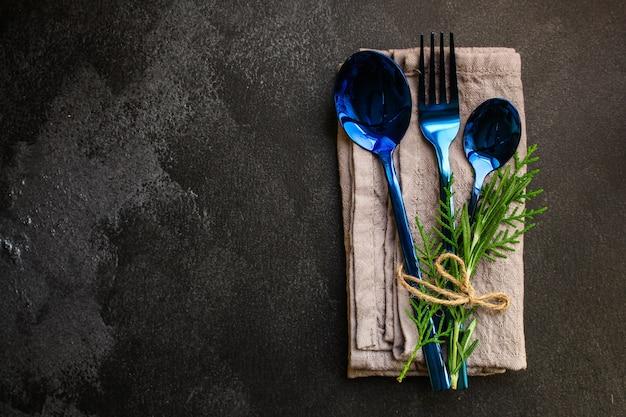 Besteck rustikal, zum essen oder servieren (löffel, gabel, glänzend und schön)