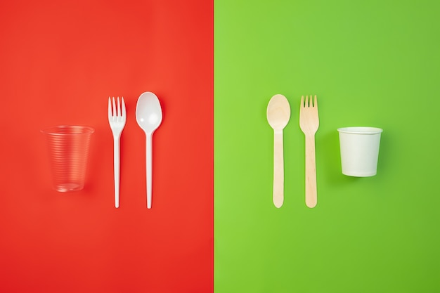 Besteck. umweltfreundliches leben - organisches recycling-küchengeschirr im vergleich zu polymeren und kunststoffanaloga. wohnstil, natürliche produkte zum recycling und nicht schädlich für umwelt und gesundheit.