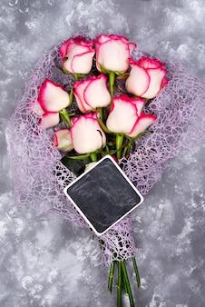 Bestehend aus rosen und tafel