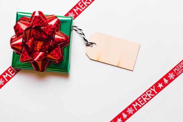 Bestehendes geschenk mit bändern für weihnachtsferien