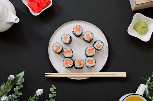 Bestellen sie die lieferung japanischer sushi-rollen, während sie in quarantäne zu hause bleiben.