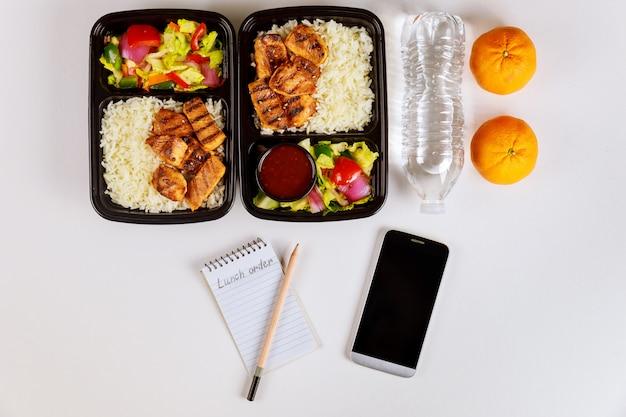 Bestellen sie essen von zu hause mit smartphone und notebook