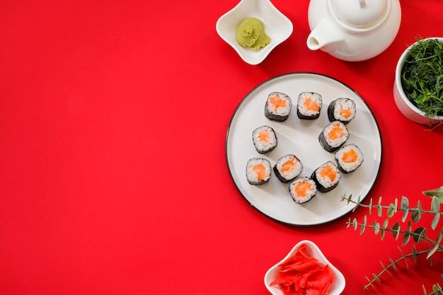 Bestellen sie lieferung japanisches essen sushi-rollen während