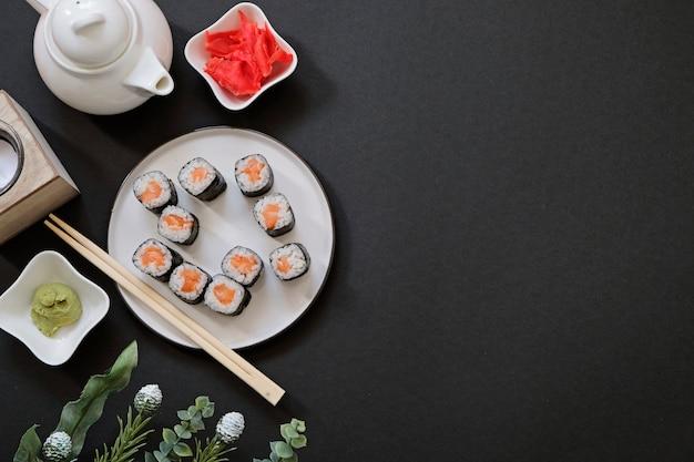 Bestellung lieferung japanisches essen sushi-rollen