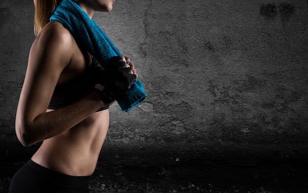 Bestimmtes sexy mädchen im fitnessstudio bereit, fitness-lektion zu beginnen