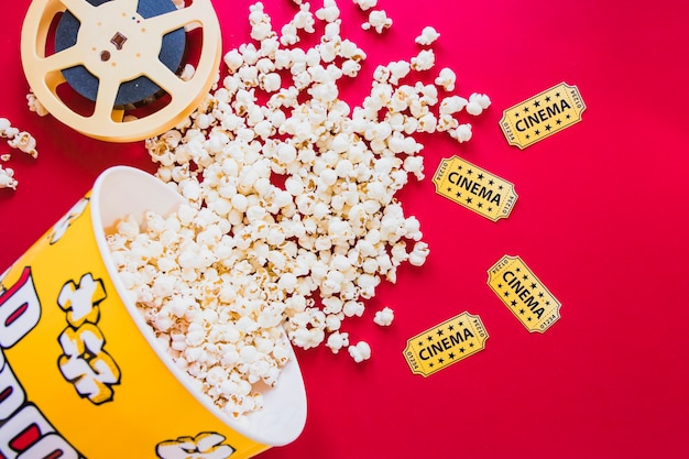 Bestückter eimer mit popcorn und filmstreifen
