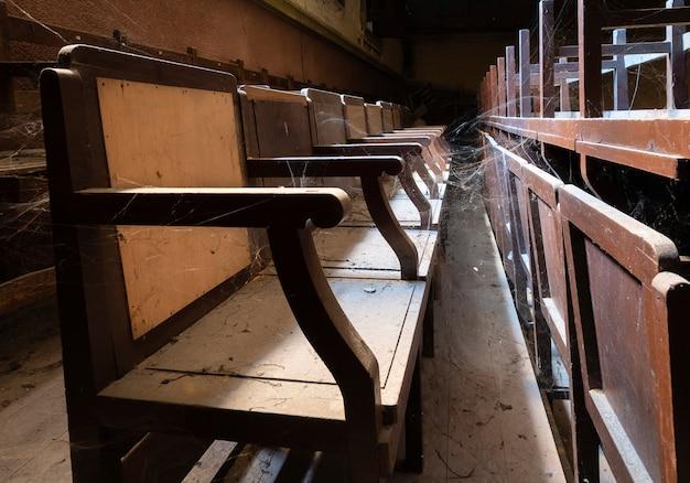 Bestuhlung eines alten kinos mit spinnweben